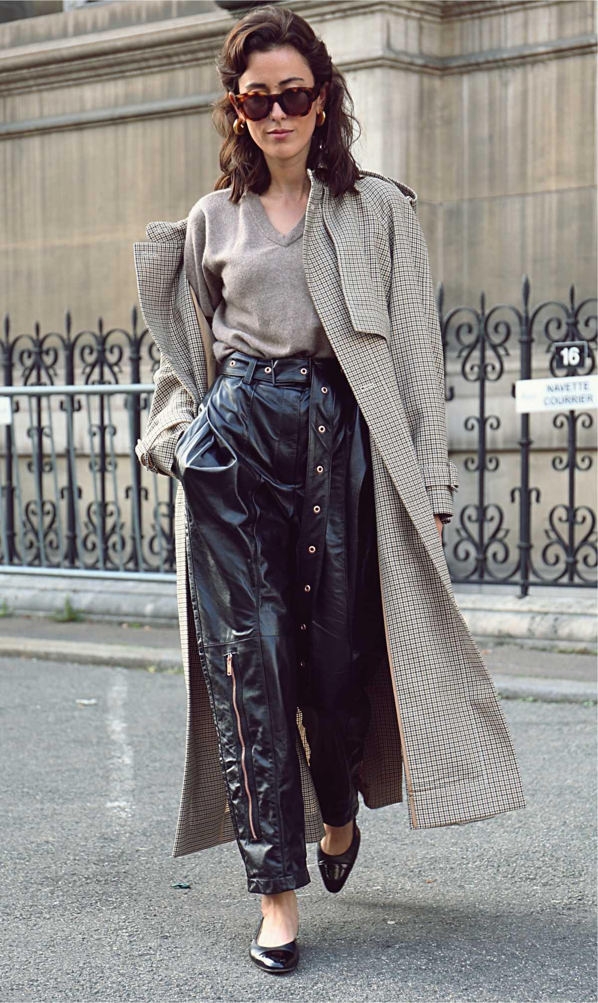 look com calça de couro pantalona
