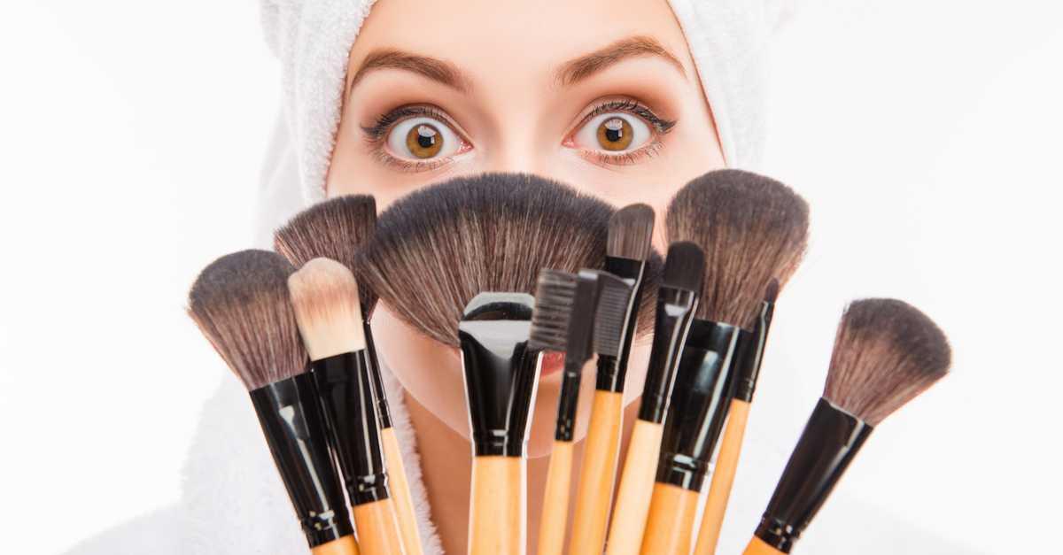 jeito certo de limpar os pincéis de maquiagem