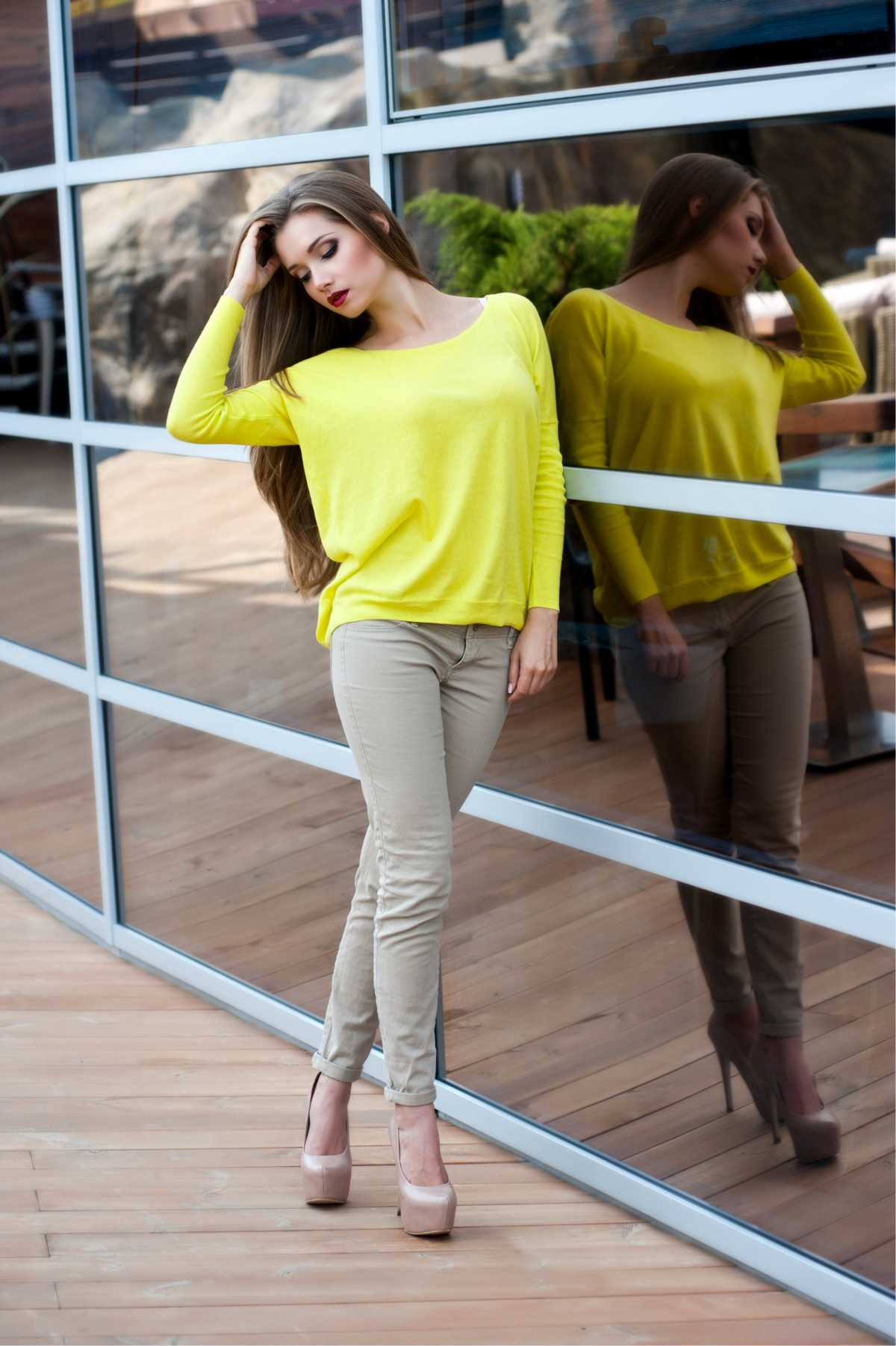 Look com blusa de frio neon