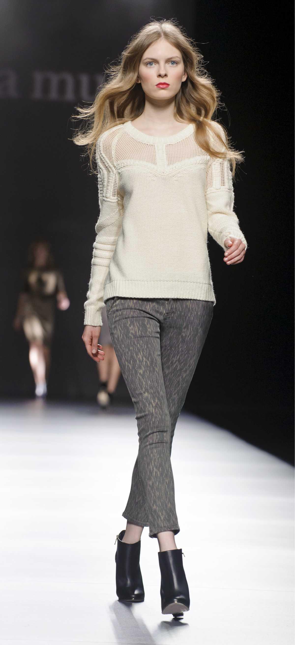 Produção com blusa de frio creme  e calça skinny