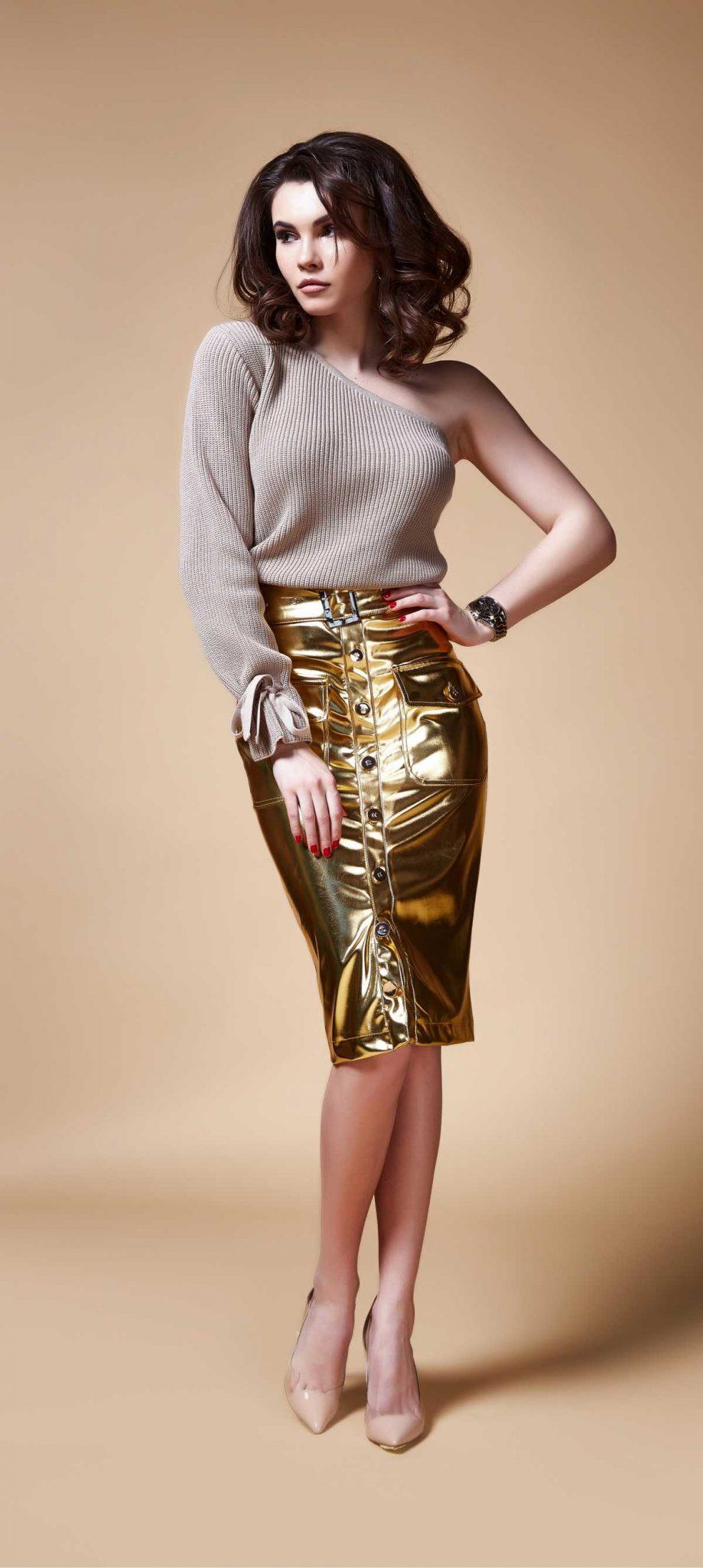 look com blusa de tricô e saia metálica dourada