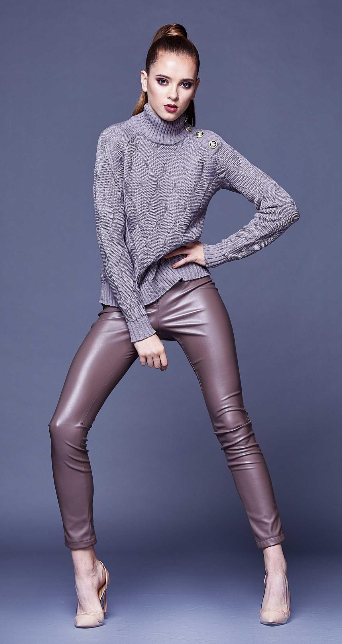 Look com suéter de tricô e calça de couro