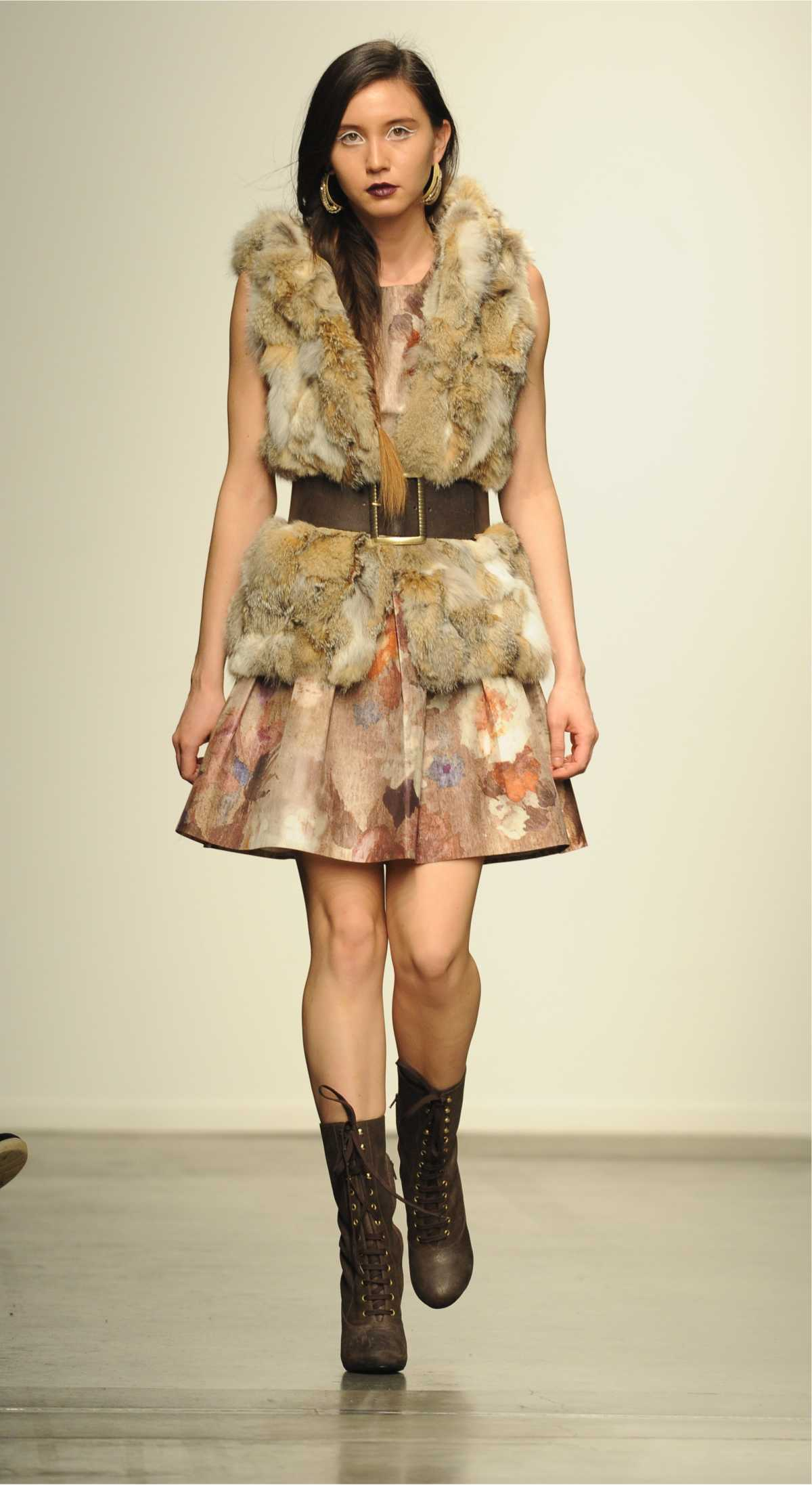 vestido floral, delicado com colete de pele como sobreposição