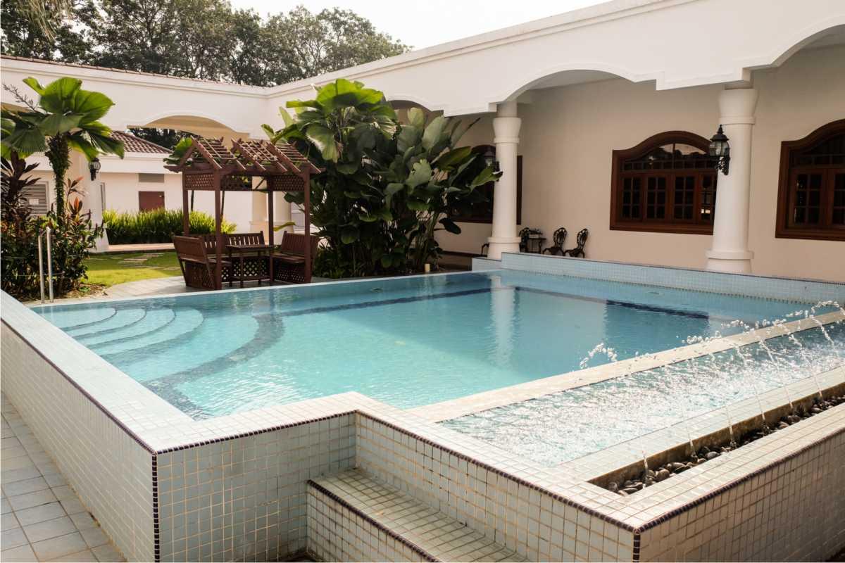 piscina quadrada construída acima do piso