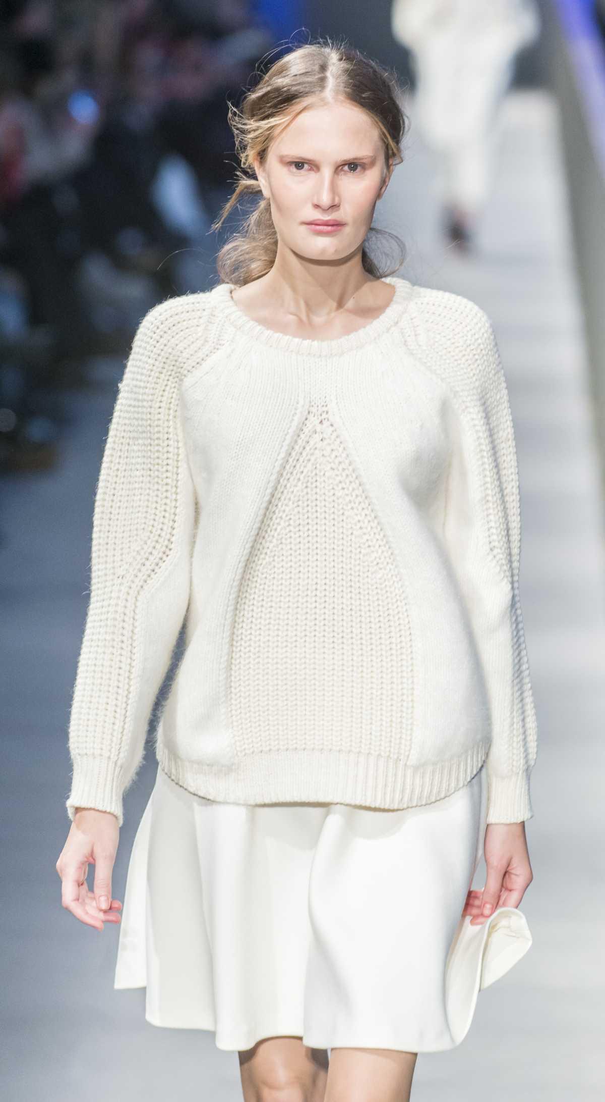 Produção com saia rodada e suéter de tricô