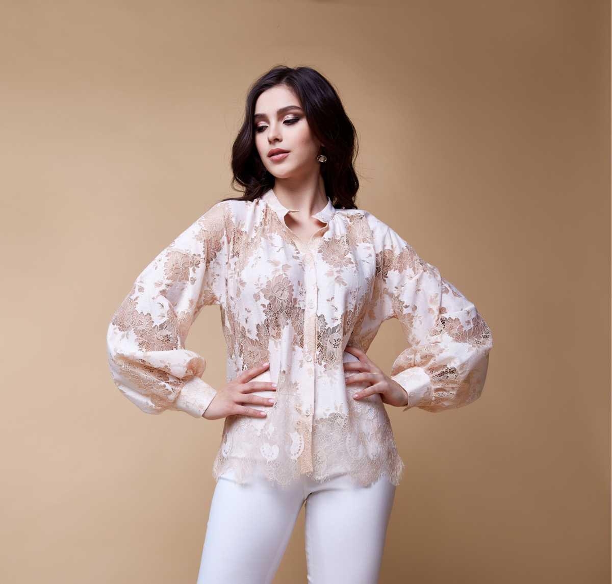 blusa de renda com mangas bufantes