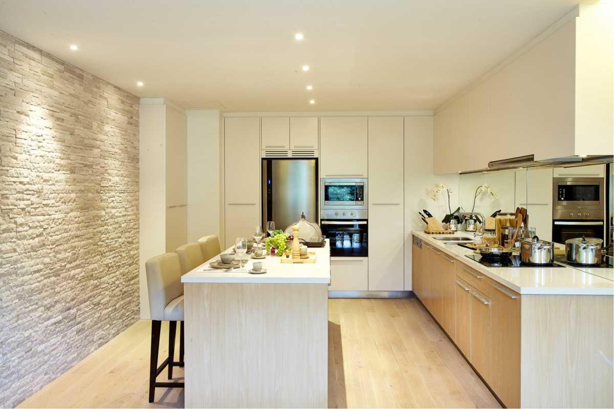 Cozinha moderna bem iluminada