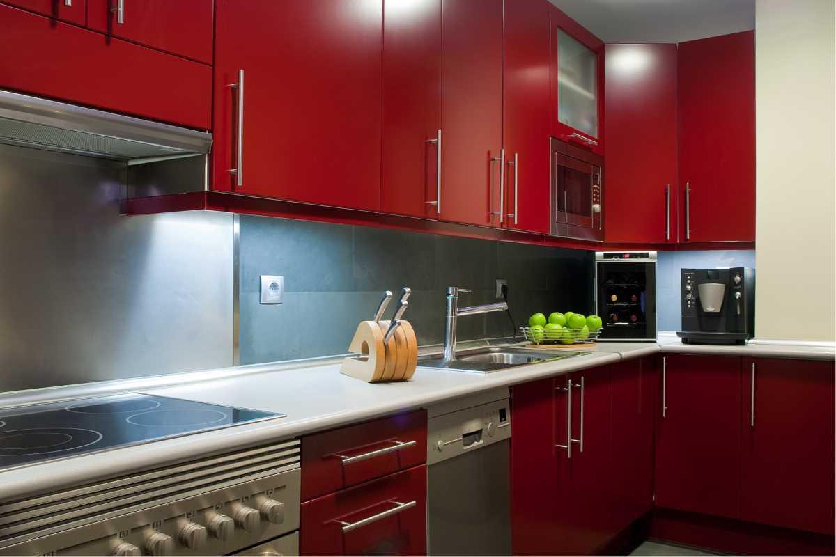 Cozinha moderna com cor vibrante