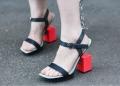 Sandália de bico quadrado é uma das tendências em sapatos femininos para o verão 2020