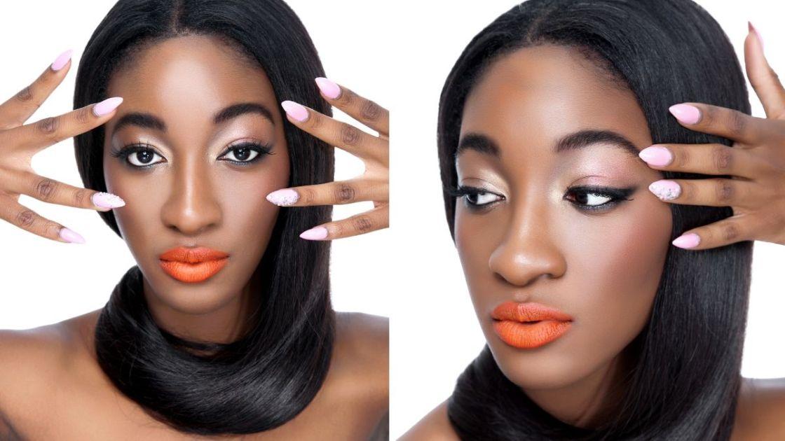 Mulher negra mostrando as unhas pintadas com esmalte rosa doce - Fotos: Canva