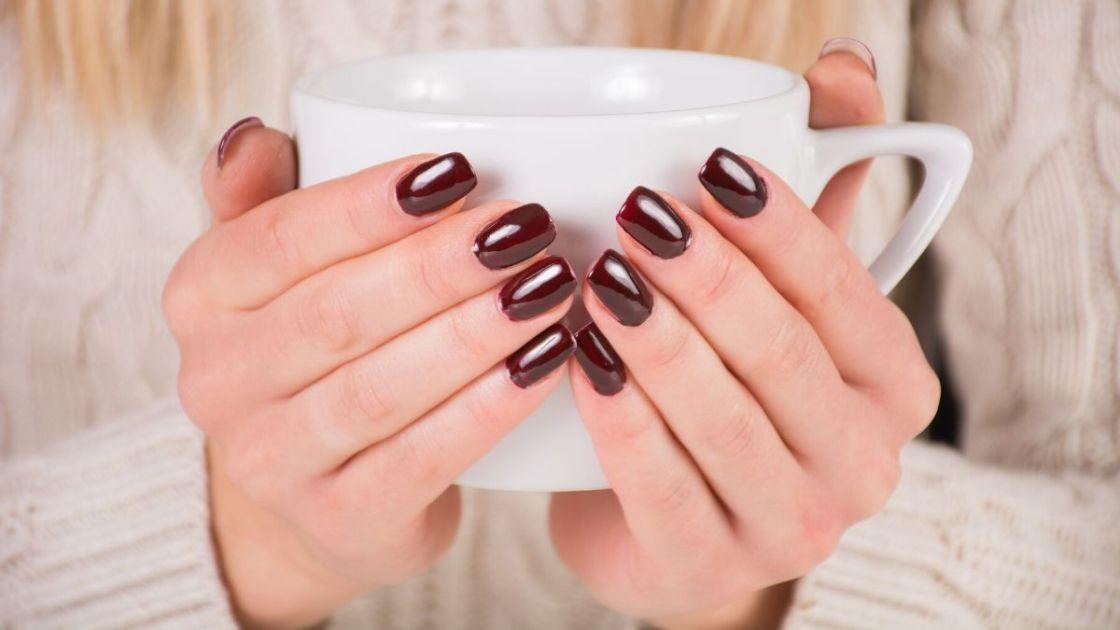 Cor de esmalte para pele morena com subtom quente - Foto: Canva