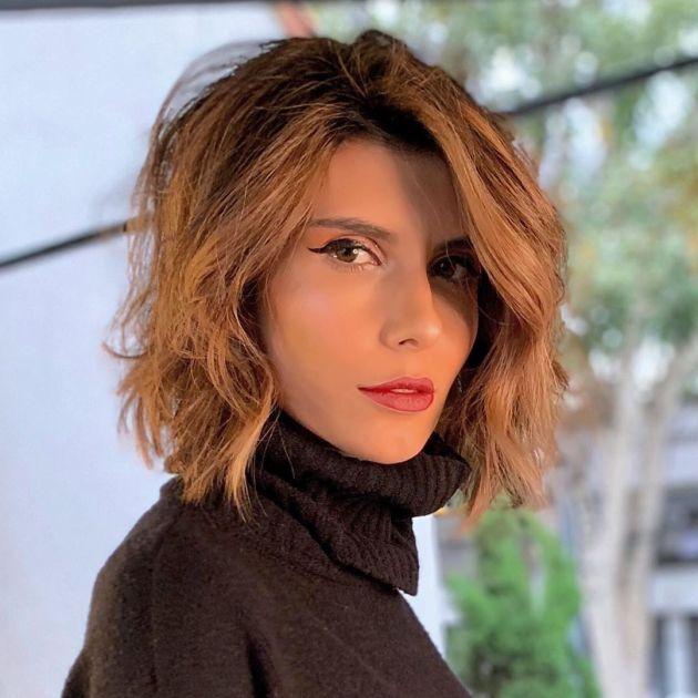 Mulher com corte de cabelo médio repicado