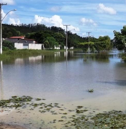 Água invade casas e deixa famílias desalojadas no Patrimônio da Lagoa, em Sooretama