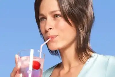 Por qué no debes tomar refrescos