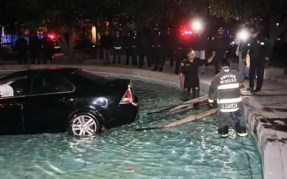 Fotos y video: Borracha mete su auto a una fuente