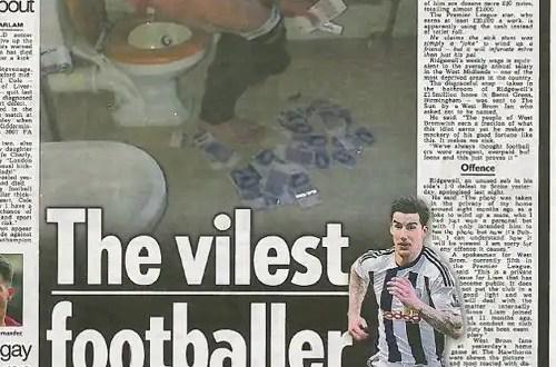Jugador de fútbol usa dinero para limpiarse el trasero - Foto