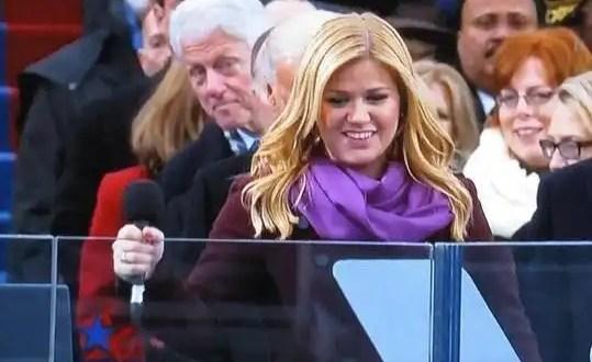 Bill Clinton mira el trasero a Kelly Clarkson en protesta de Obama