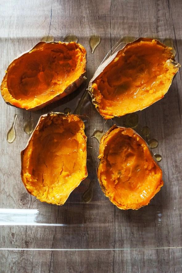 Polnjen sladek krompir z zelenjavo in avokadovim prelivom