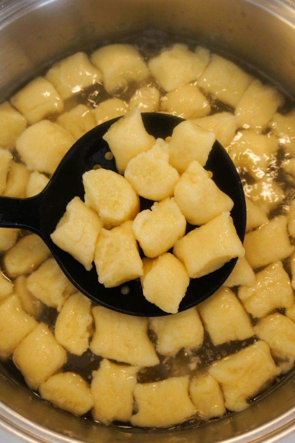 Kumare v omaki s krompirjevimi njoki