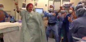 Video: Mujer baila en el quirofano con personal médico antes de cirugía