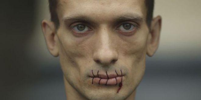 Artista ruso se clava con un martillo sus testículos en la Plaza Roja de Moscú