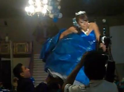 Video: Quinceañera sufre estrepitosa caída durante vals