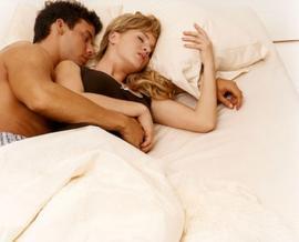 Lo que revela la posición al dormir de la pareja