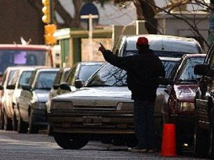 """Policía baleó a """"trapito"""" que lo amenazó cuando se negó a que limpiara su auto"""