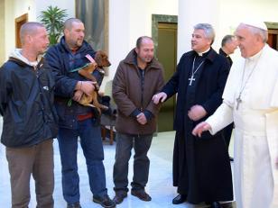 """Cuatro """"sin techo"""" desayunaron con el Papa en su cumpleaños"""