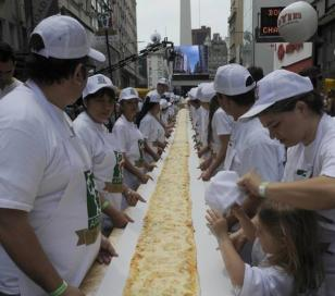 Una pizza de muzzarella de 50 metros de largo fue amasada a metros del Obelisco porteño
