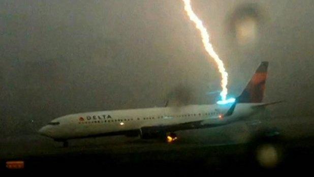 Video : Un Rayo cae sobre un avión