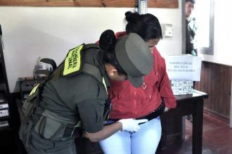 Detienen a una mujer con 100 cápsulas de cocaína adosadas en el cuerpo