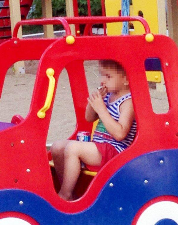 Un niño de 5 años fumando y tomando