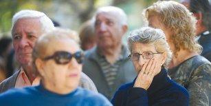 Más de la mitad cree que los jubilados serán más pobres tras la reforma previsional dice una ecuestra