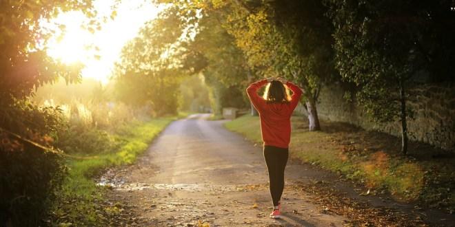 Caminar lento a los 45 años puede ser una señal de envejecimiento rápido
