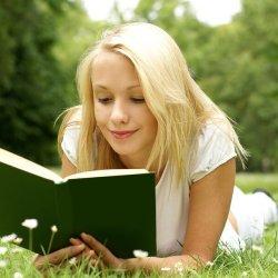 adolescente-leyendo-al-aire-libre