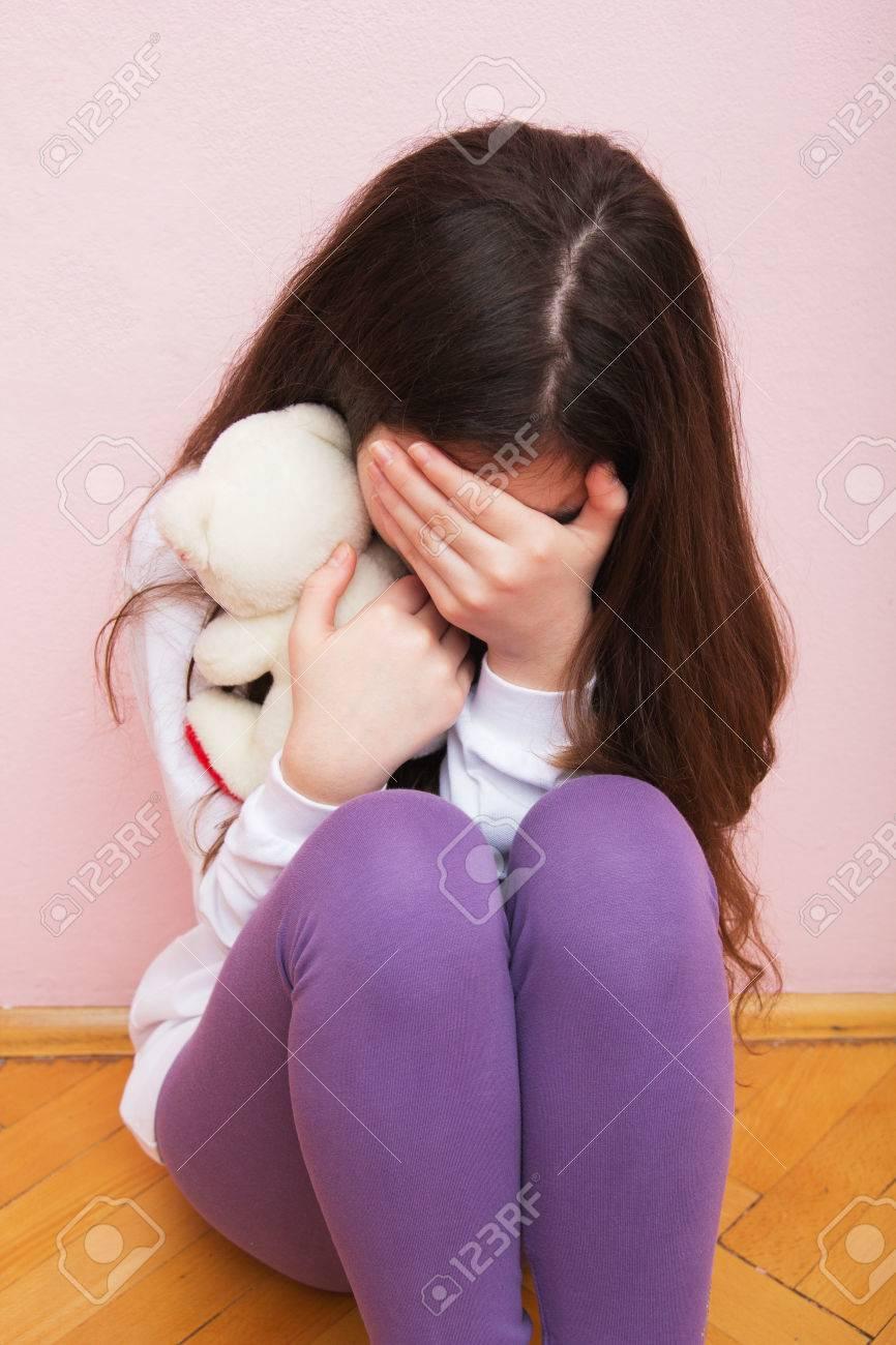 37064371-triste-y-solitario-griter-con-una-mano-tapándose-la-cara-concepto-violencia-doméstica-y-familiar-