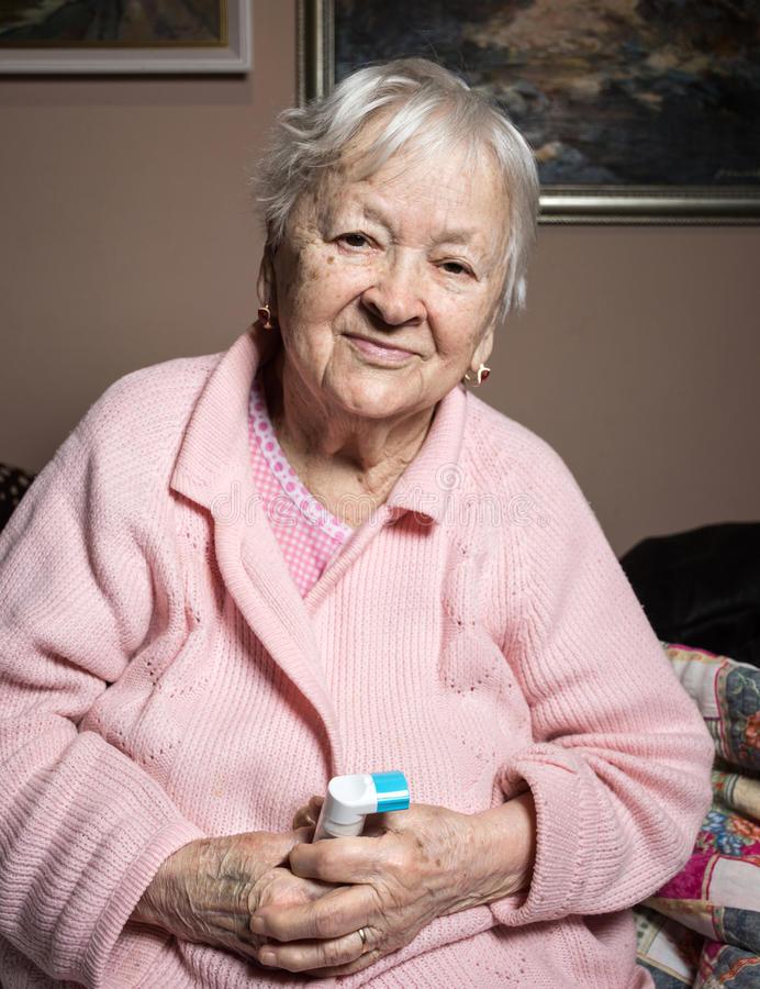 vieille-femme-malade-avec-l-inhalateur-d-asthme-86722278 (1)