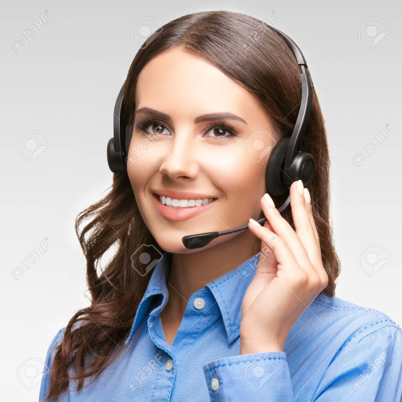 33706082-retrato-de-la-sonrisa-alegre-operador-telefónico-de-atención-al-cliente-en-el-auricular-contra-el-fondo-gr