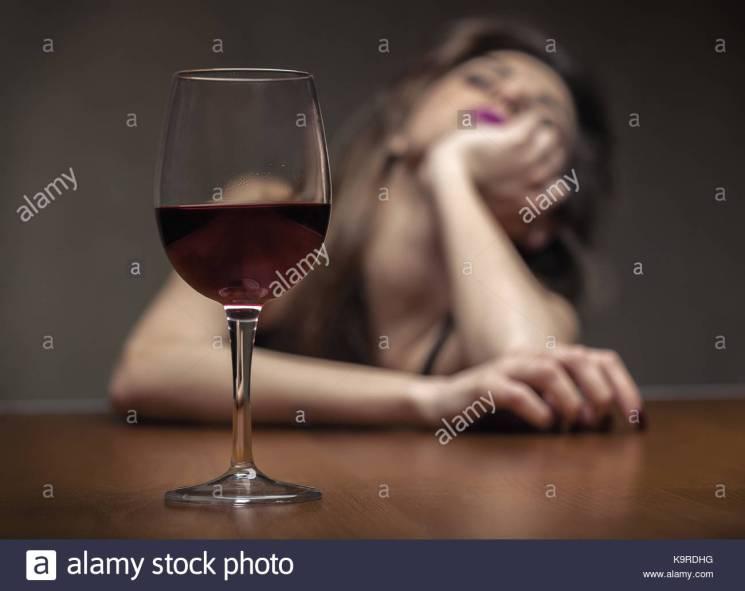 mujer-en-la-depresion-el-consumo-de-alcohol-se-centran-en-el-cristal-k9rdhg
