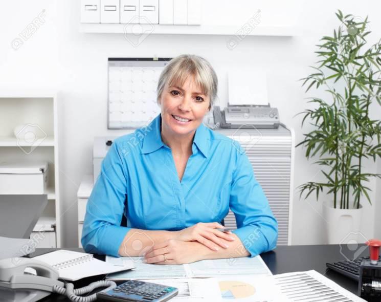 47117629-femme-d-affaires-travaillant-dans-le-bureau-comptabilité-et-finance-