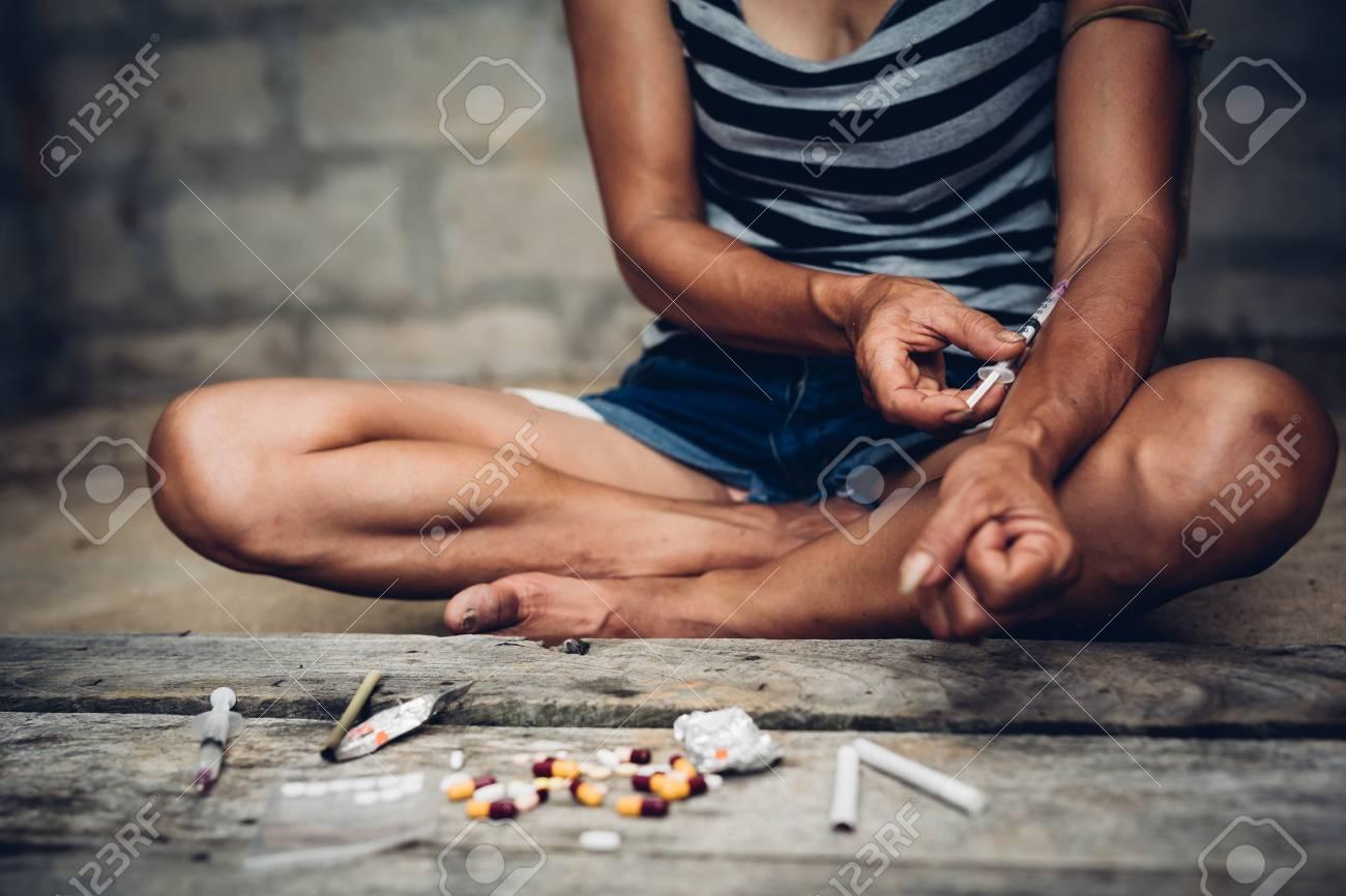 79669195-adicto-a-drogas-mujer-joven-con-jeringa-en-acción-concepto-de-abuso-de-drogas-