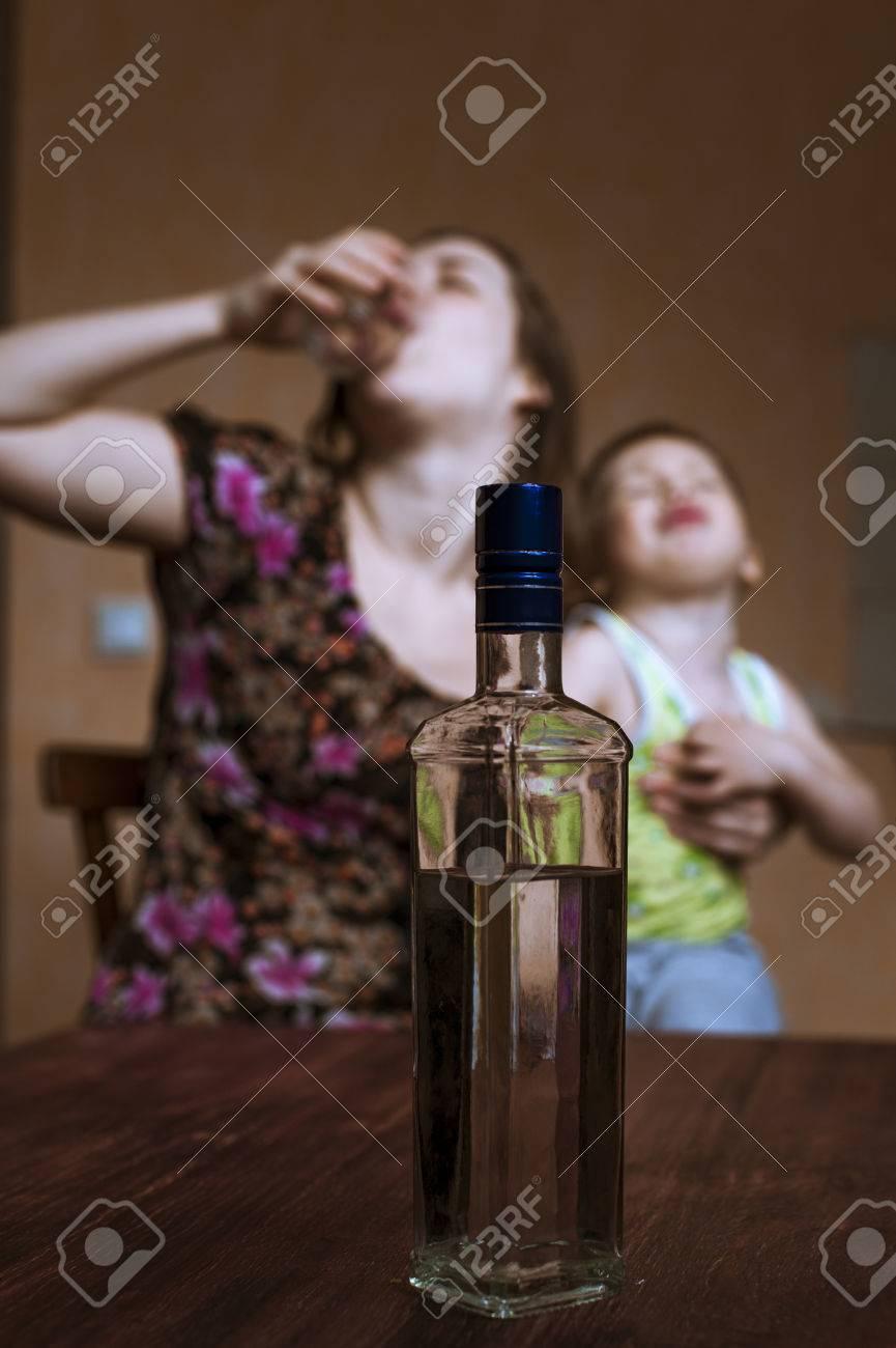 54511973-mujer-depresiva-beber-alcohol-y-llorando-niño-en-sus-manos-alcoholismo-en-las-mujeres-centran-en-la-bot