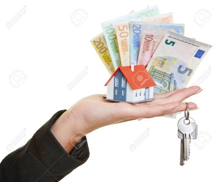 22490160-femme-main-tenant-petite-maison-les-clés-et-les-billets-en-euros-de-l-argent