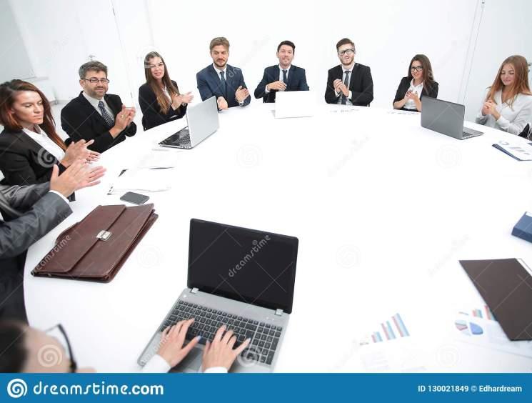 reunión-de-los-accionistas-la-compañía-en-mesa-redonda-130021849