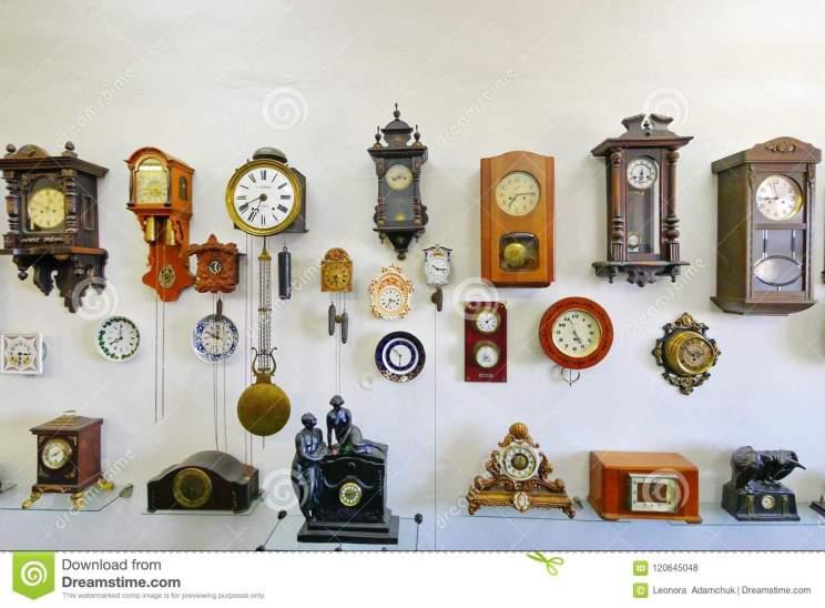 una-colección-de-relojes-antiguos-diversas-formas-y-tamaños-puestos-en-pared-blanca-las-premisas-del-s-museo-120645048
