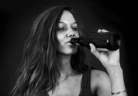 19386199-retrato-en-blanco-y-negro-dramática-de-borracho-joven-bebiendo-cerveza-sobre-negro