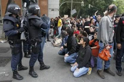 Los manifestantes se acercan al cordón policial.