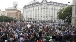 Gran número de personas en la Plaza de Neptuno tras partir desde la plaza de Cibeles.