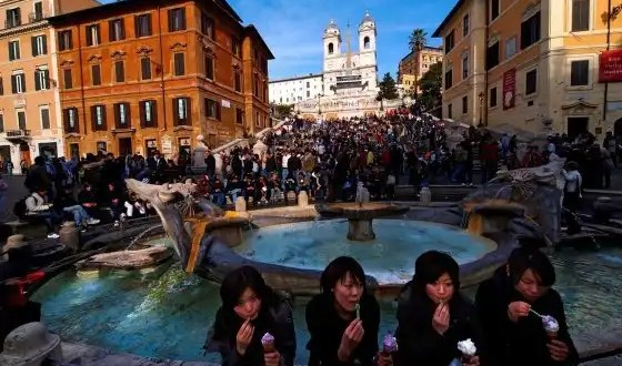 Ley anti-panino: Prohíben comer en las calles de Roma
